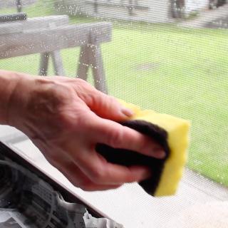【キッチン用の◯◯を使って!】網戸掃除をスムーズに行う方法!