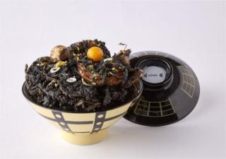 ブラックホールをパクリ!宇宙イベントで食べられる漆黒のかきあげ丼