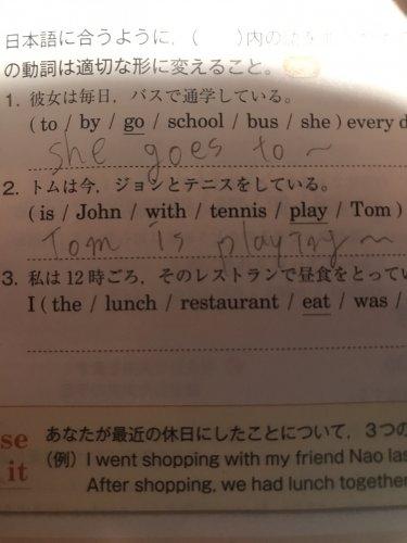 簡単な英語についてです! 上の文では、isが使われていないの ...