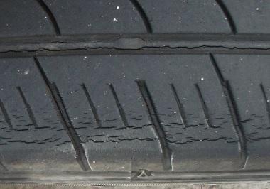 車のタイヤ溝のひび割れ -タイヤのひび割れについて教えて ...