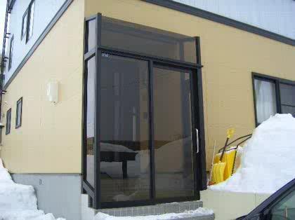 断熱シート 窓ガラスに貼るタイプの断熱シートを鉄製扉に貼って
