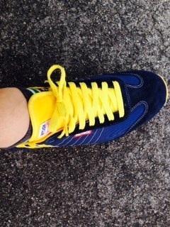 靴のタグの部分が画像のように曲がるのでこまってます ,靴のタグ
