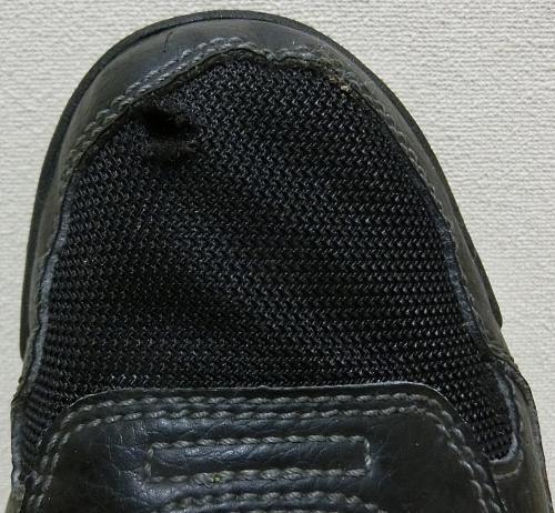 スニーカーの甲被の穴を塞ぎたいのですが、補修用の生地や接着剤