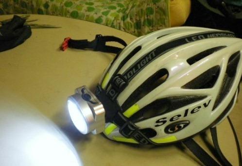 「ヘルメットにヘッドライト?」の質問画像