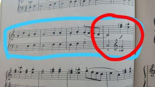 ピアノです。ヘ音記号からト音記号に変わるのですが 鍵盤の位置は右側 ...