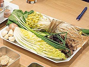 具材として用意された、白菜や小松菜、もやしなどの食材