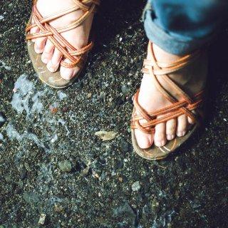 雨の日、どうせ濡れるからと素足にサンダルはよくない?