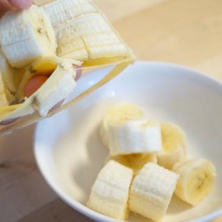 【まるでマジックのよう!?】バナナの皮をむかずに輪切りにする方法