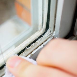 窓枠の四隅の汚れを粗塩を使って簡単に取る方法