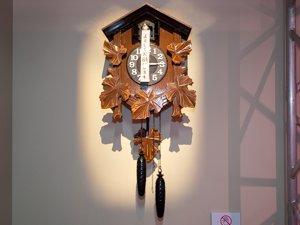 オープニングに登場する鳩時計も展示
