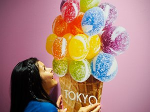 東京アイスクリームランドのメインイメージにかじりつく