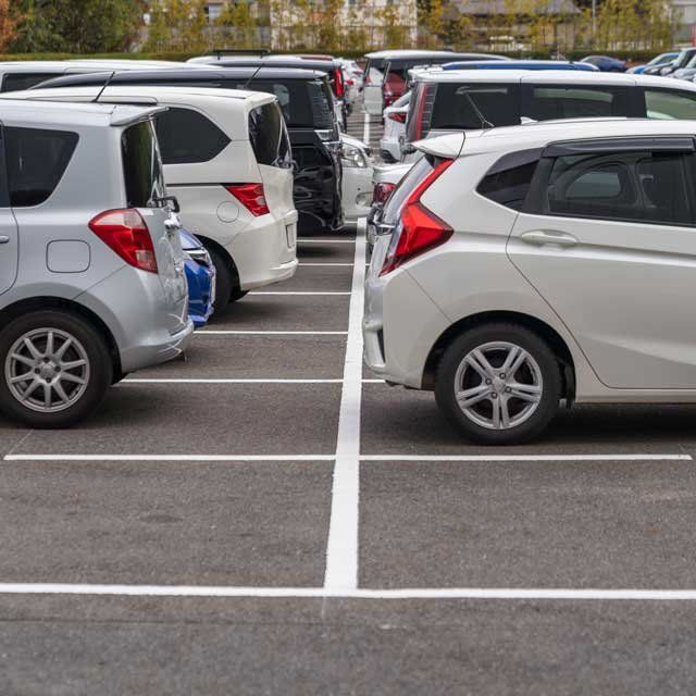駐車場の白線は単なる目安?気になるマナーの正解を、マナー講師に聞いてみた!