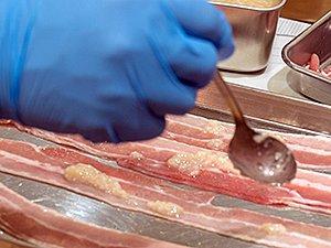 肉は麹に浸けたり、塗ったりすると、煮ても硬くなりにくい