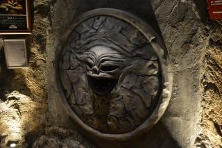 怪獣酒場の入り口にある「ジャミラの真実の口」。