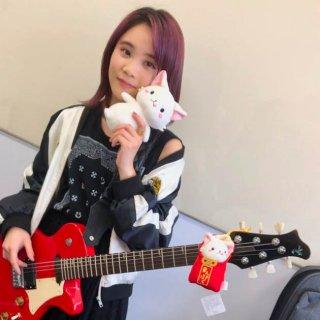 """小柄な体から観客を魅了する大迫力のギターテクニックは""""リゾネーターギター""""にあった!?"""