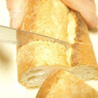 【ブレッドナイフを○○するだけ】サクサクとパンを切る方法!