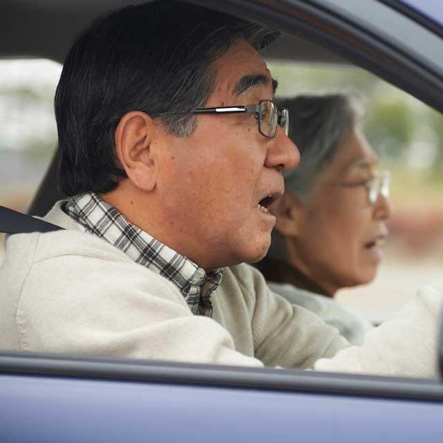 高齢ドライバーの踏み間違い事故。原因はAT車に慣れていないから?