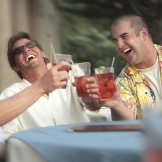 「ストローでお酒を飲むと酔いやすくなる……その科学的根拠とは!?」を医師が解説