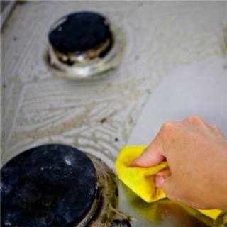 油汚れがしつこくて大変!ガスコンロ掃除のコツは?