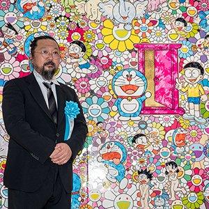 作品「あんなこといいな 出来たらいいな」の前でフォトセッションに応じる村上隆氏