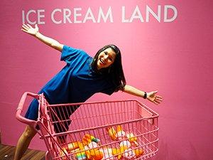 楽しそうにピンクのショッピングカートと撮影