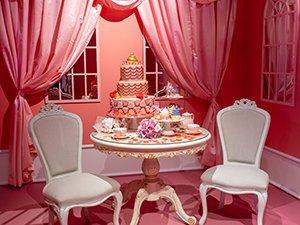 よく見るとテーブルの上のケーキやお菓子はウンコがモチーフ