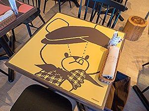 ジャッキーのイラストがあしらわれたテーブル