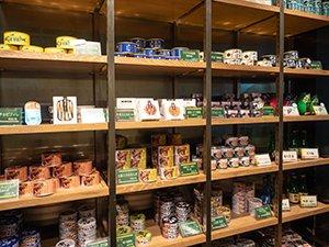 お店の棚には約30種類の缶詰が陳列されている