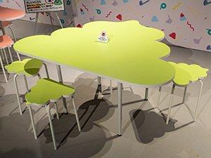 ウンコ型のテーブルとイス