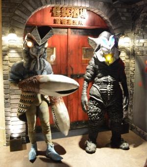 怪獣酒場 新橋蒸留所の入り口にたたずむバルタン星人とメフィラス星人。
