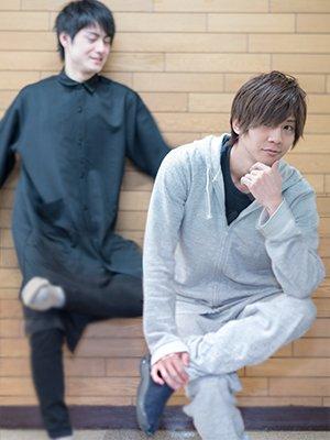 佐助の空気椅子のポーズをとる松村龍之介さんと椎名鯛造さん