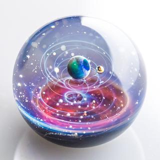 手のひらに小宇宙を!神秘的な「宇宙ガラス」のアーティストに制作秘話を聞く!