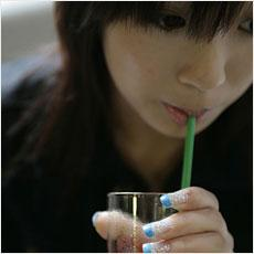 ストローでお酒を飲むと酔いやすくなる…その科学的根拠とは!?