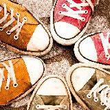 女の子が男の子の靴を履く